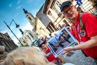 Uczestnicy wycieczki szlakiem filmowym na ulicy Katedralnej