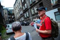 Uczestnicy wycieczki szlakiem filmowym na ulicy Bibliotecznej