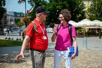 Przewodnik udziela wywiadu Radiu Rzeszów