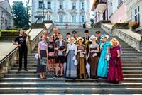 Otwarcie szlaku - wspólne zdjęcie aktorów biorących udział w inscenizacji sceny zamachu na schodach rycerskich