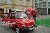 Czerwony maluch radia ZET na przemyskim Rynku i prowadzący program