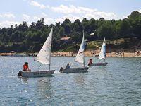łódki w trakcie regat za zalewie solińskim