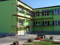 rusztowanie stojące przy budynku szkoły