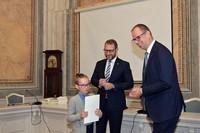 wręczenie stypendium przez Prezydenta Wojciecha Bakuna i zastępcę Prezydenta Bogusława Świeżego
