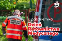 zdjęcie ilustrujące do tekstu - ratownik medyczny odwrócony plecami obok karetki i napis Dzień Ratownictwa Medycznego 13 października