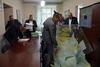 Wysypywanie kart do głosowania po otwarciu urny