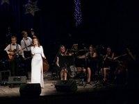 """Galeria Natalia Świerczyńska z zespołem muzycznym oraz przemyskim kwartetem smyczkowym """"Nella Fantasia"""" w Winter Songs of Frank Sinatra…"""