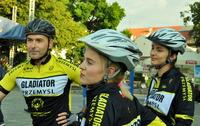Galeria Ewelina, Karolina i Artur kręcą kilometry dla przemyskich przedszkolaków