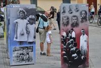 """Galeria """"Ukradzione Dzieciństwo"""" – wystawa, która porusza i nie daje o sobie zapomnieć. Do końca września na przemyskim Placu Niepodległości"""